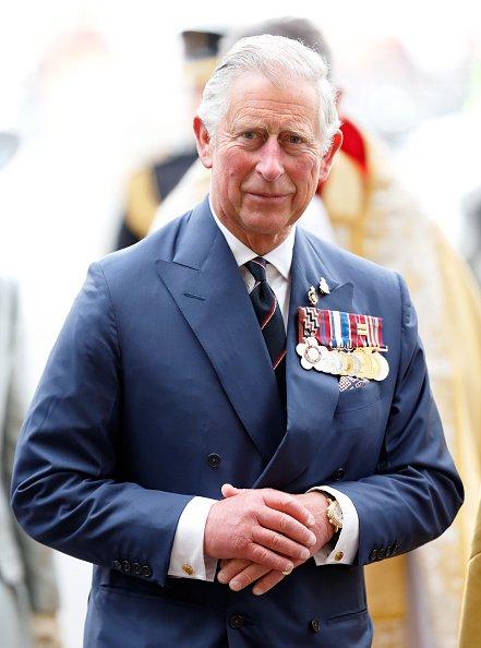 El Príncipe Charles, Príncipe de Gales asiste a un Servicio de Acción de Gracias para conmemorar el 70 aniversario del Día VE en la Abadía de Westminster el 10 de mayo de 2015 en Londres, Inglaterra.   Fuente: Getty Images
