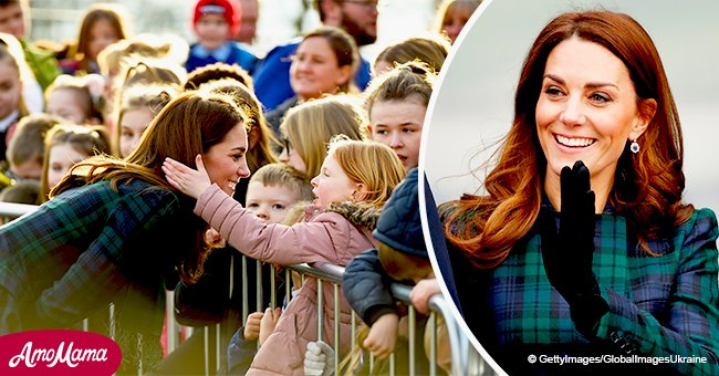 Kate Middleton vêtue d'un manteau envoûte une fille de la foule qui a demandé à toucher ses cheveux