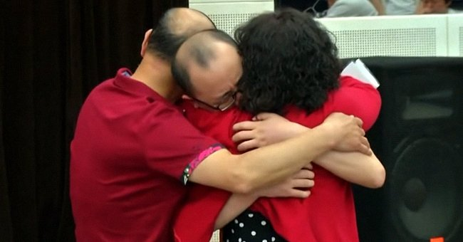 Mao Lin hugs his mother, Li Jingzhi and father during an emotional reunion after being abducted in 1988 | Source:Youtube/CCTV Video News Agency