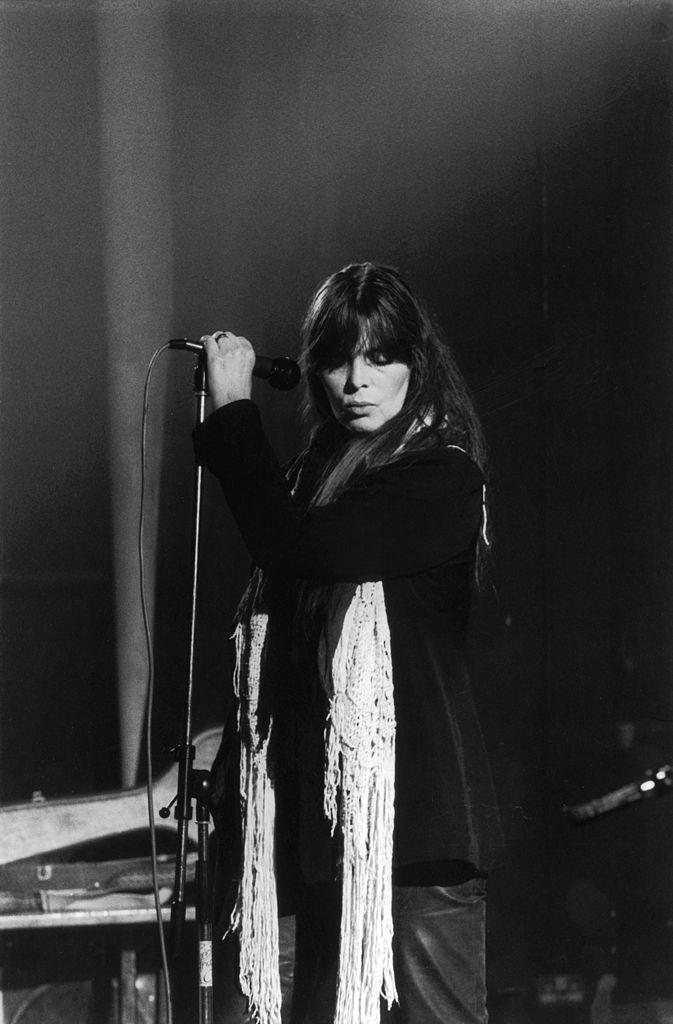 La chanteuse Nico sur scène en 1983. l Source : Getty Images