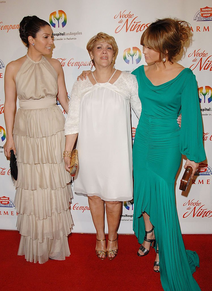 Jennifer Lopez, mom Guadalupe, and sister Lynda Lopez at The Beverly Hilton Hotel on May 9, 2009 | Photo: Getty Images