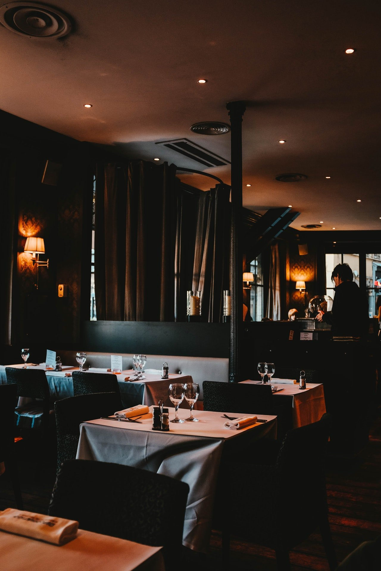 Inside view of a beautiful restaurant   Photo: Pexels