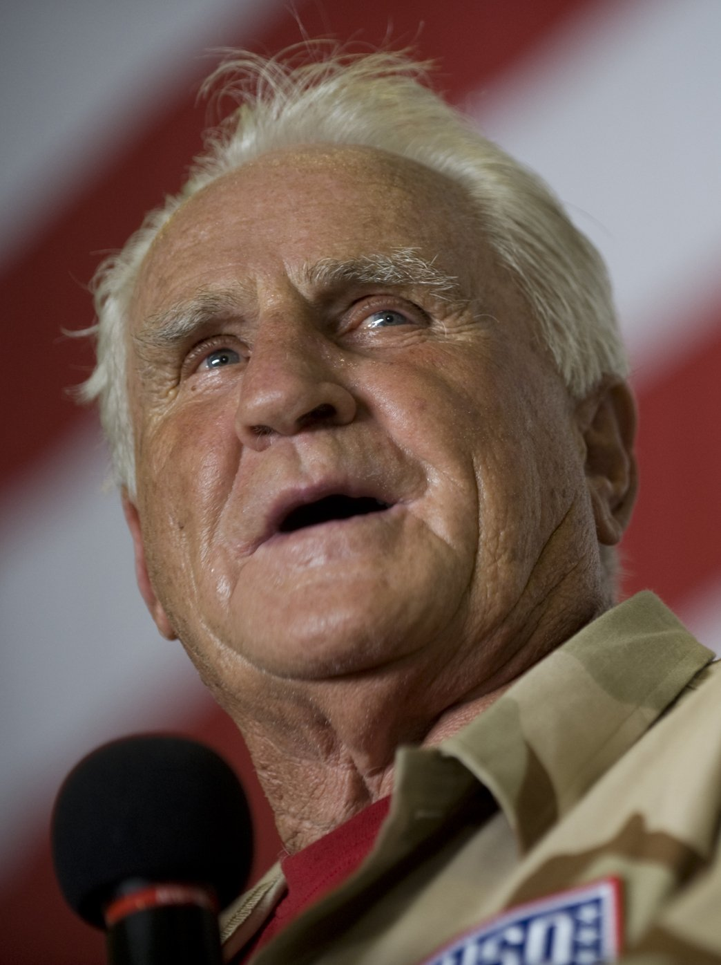 Don Shula addresses the crew of aircraft carrier USS Ronald Reagan (CVN 76), under way in the Gulf of Oman, July 13, 2009 | Photo: GettyImages