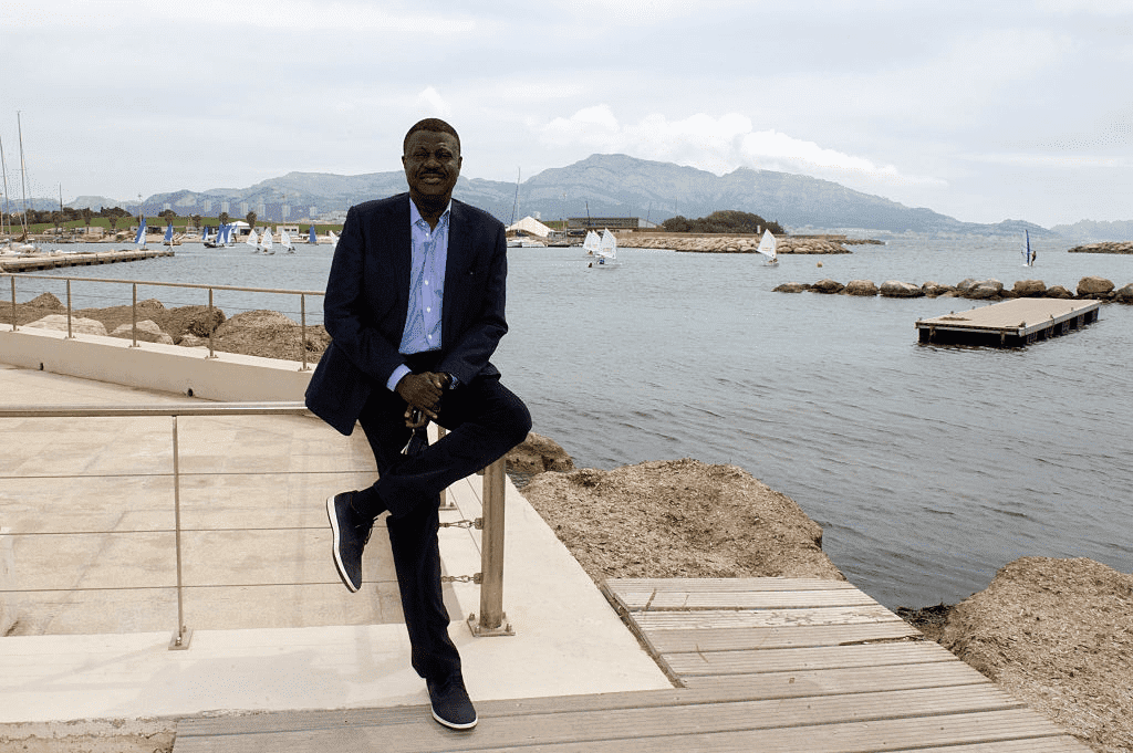 L'ancien président (2005-2009) du club olympique de football de Marseille, Pape Diouf, est photographié pour Paris Match le 22 avril 2016 à Marseille, France. | Photo : Getty Images