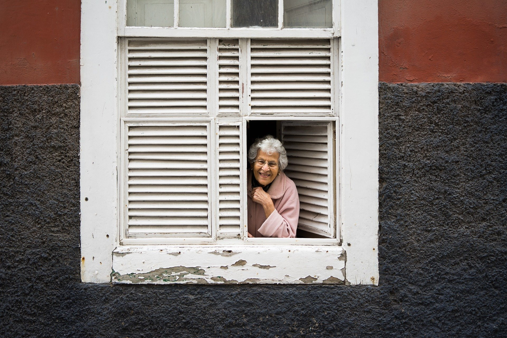 Grandma looking out the window | Source: Pixabay