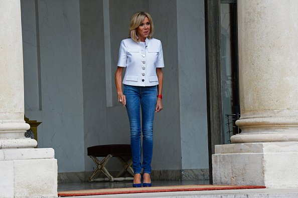 Brigitte Macron dans un slim Jean  | Photo : Getty Images