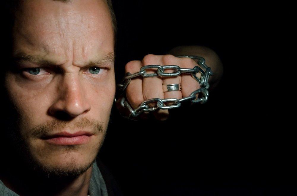 Hombre enojado con cadena enredada en su puño. | Imagen: Public Domain Pictures