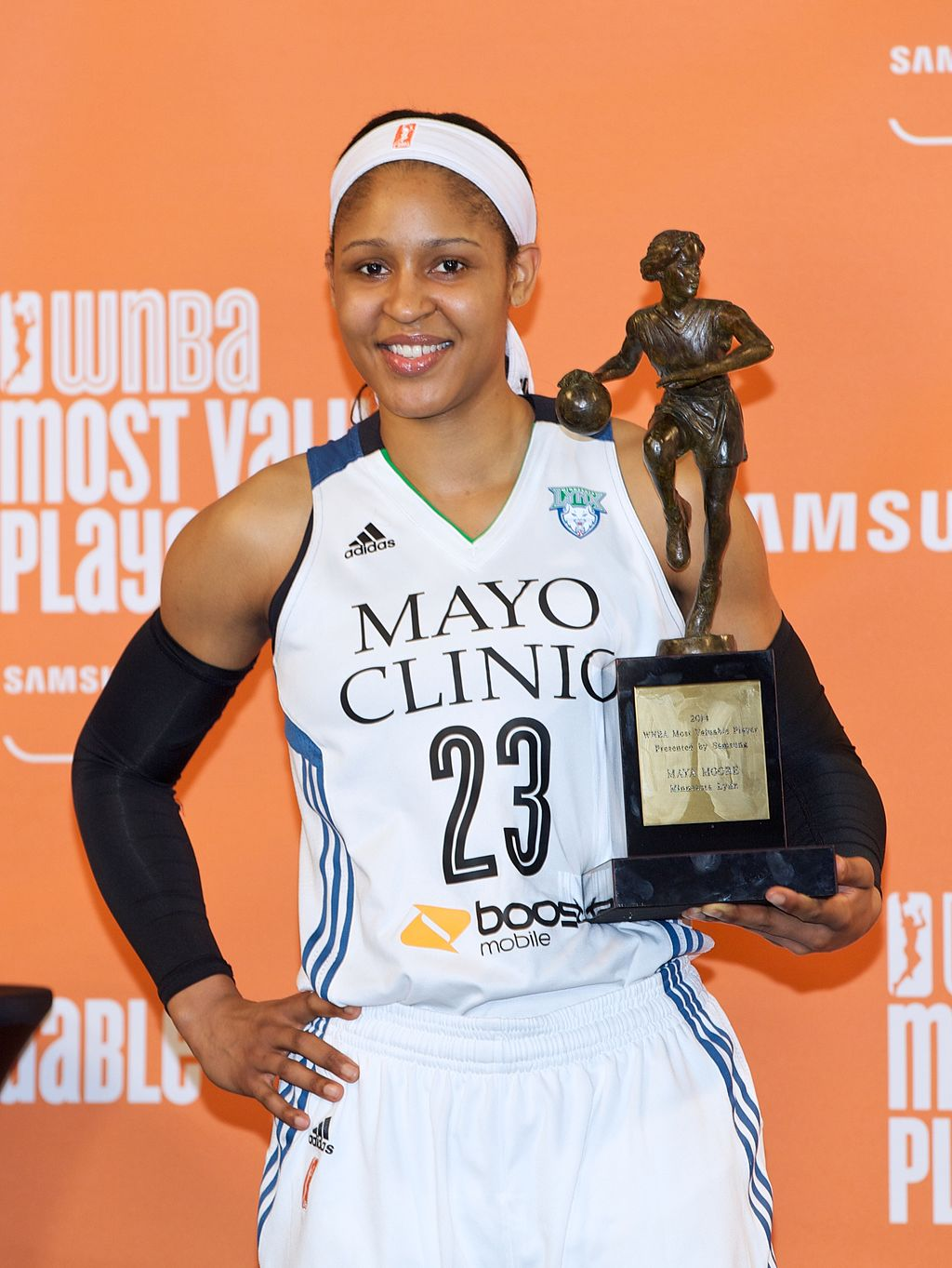 Maya Moore, a player for the Minnesota Lynx winning theMost Valuable Player in the history of the franchise onMay 19, 2016 | Photo: Wikipedia/Naemajano/Maya Moore with her 2014 MVP trophy/CC BY-SA 4.0