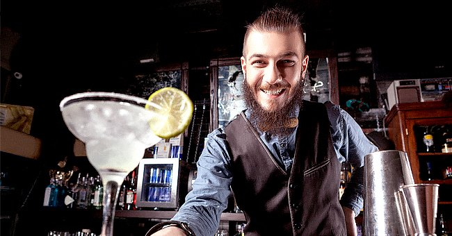 A photo of a bartender with cocktails. | Photo: Shutterstock