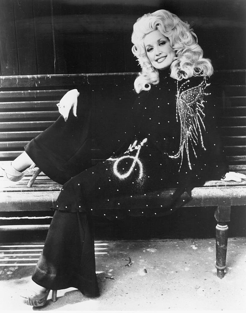 Dolly Parton poses for a portrait 1974 | Source: Getty Images