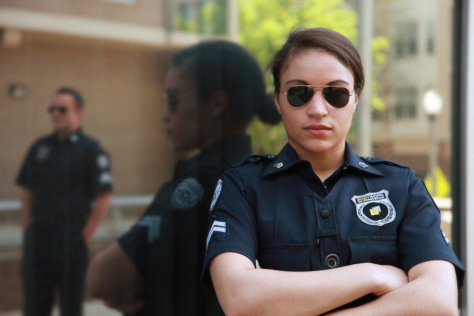 Une policière portant des lunettes   Photo : Pixabay