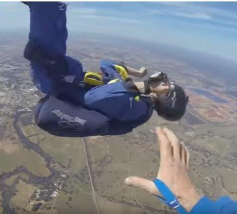 Jones convulsionando en el aire │Imagen tomada de: Youtube, Nomadic Adrenaline