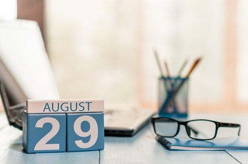 29 de agosto marcado en un calendario en el lugar de trabajo. | Fuente: Shutterstock