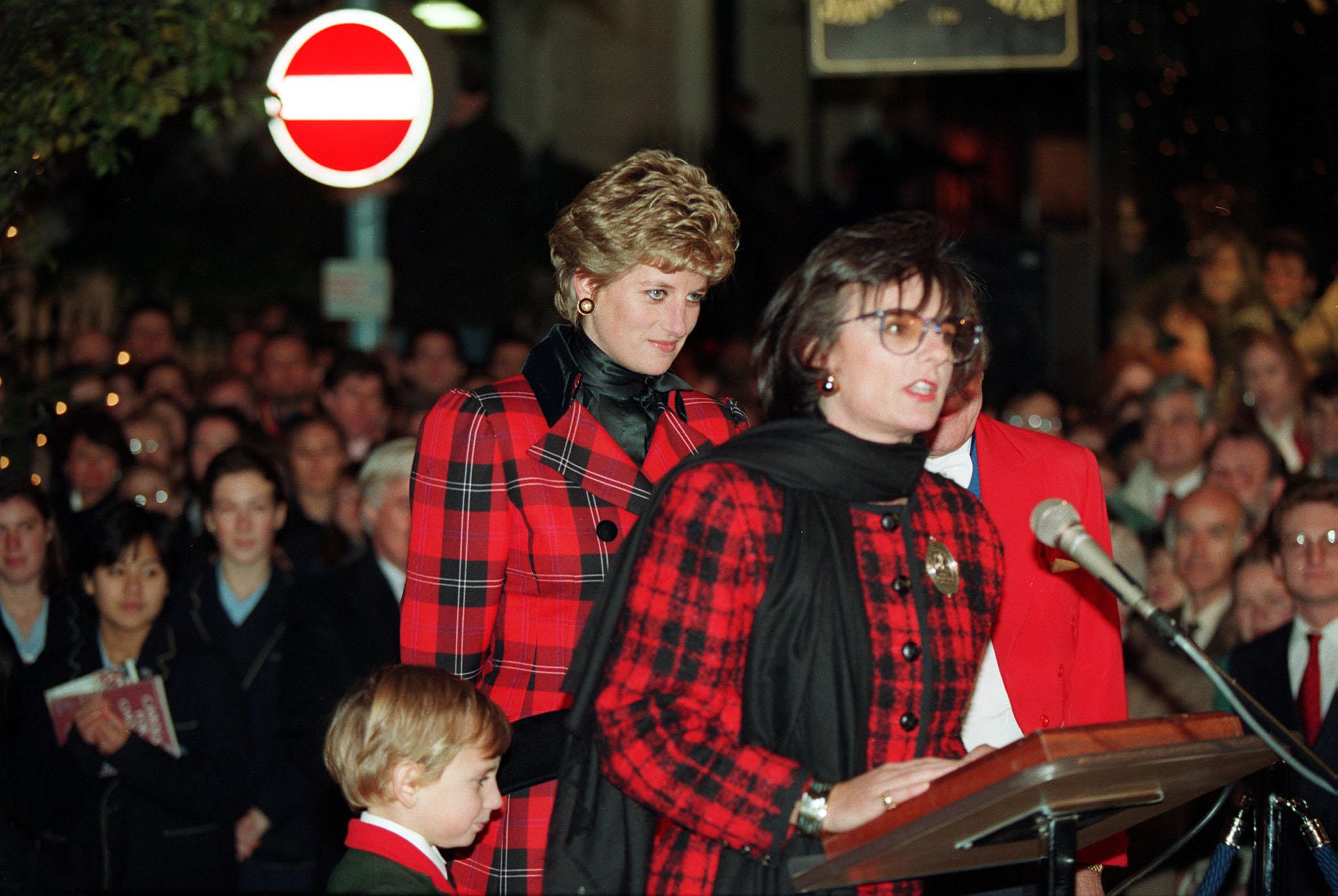 Rosa Monckton speaking at London's Bond Street before switching on the Christmas lights whilePrincess Diana stands by onNovember 17, 1993 |Photo:Martin Keene - PA Images/Getty Images