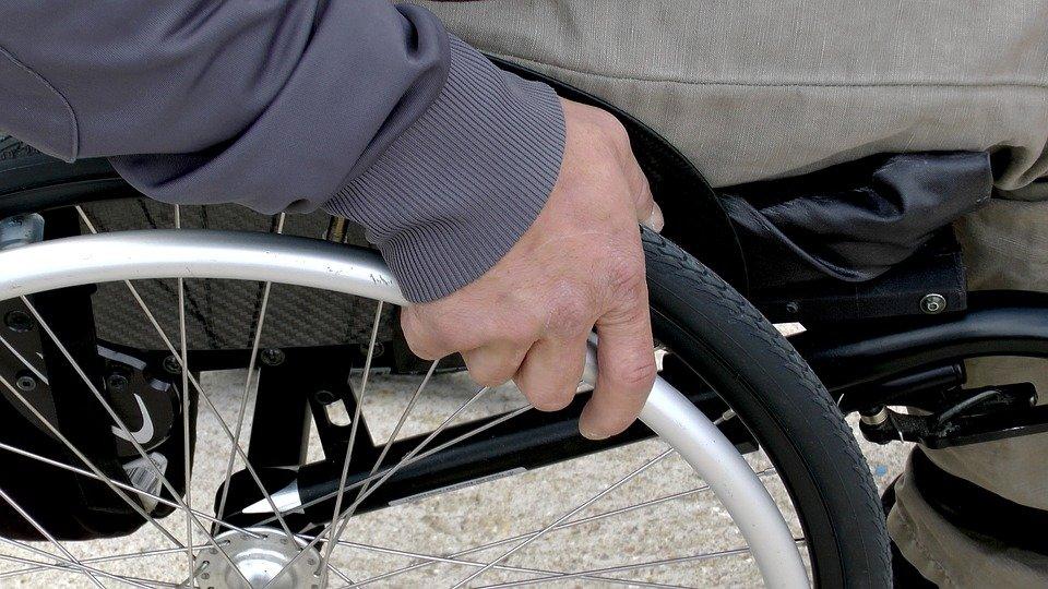 Un homme sur un fauteuil roulant   Photo : Pixabay