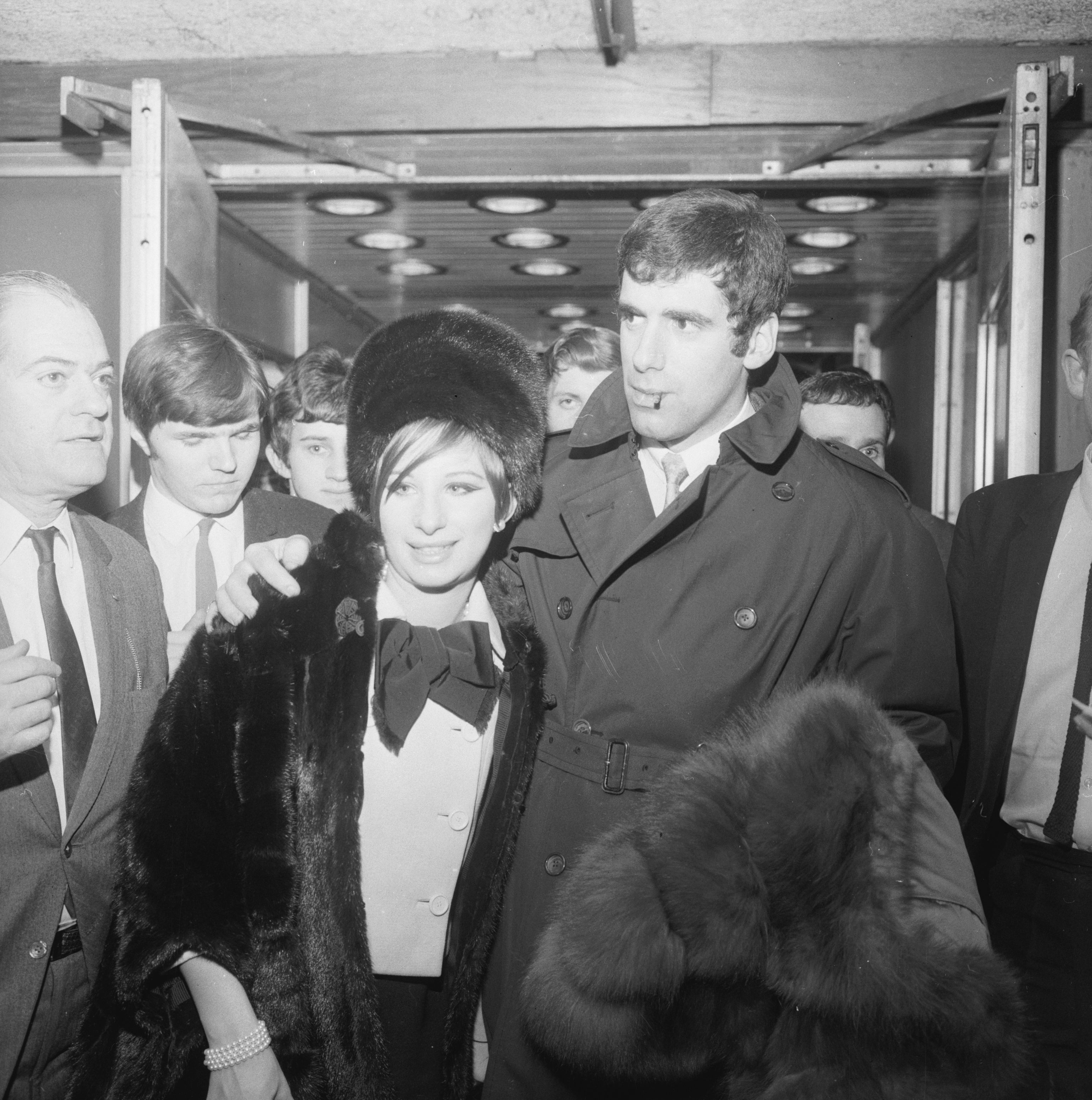 Barbra Streisand arrives at London Airport with her husband Elliott Gould in 1966 | Photo: GettyImages