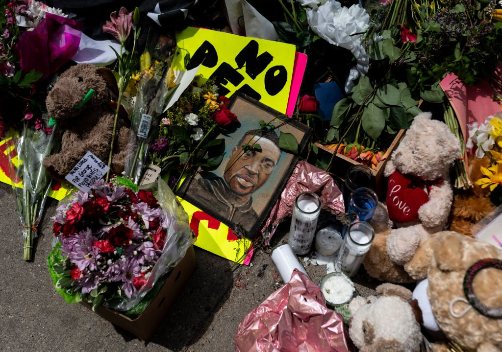 A memorial lies outside the Cup Foods, where George Floyd was killed in police custody, on May 28, 2020 in Minneapolis | Photo: Getty Images