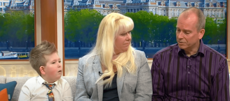 Noah Wall and his parents on set of a TV show   Photo: Youtube /  Good Morning Britain