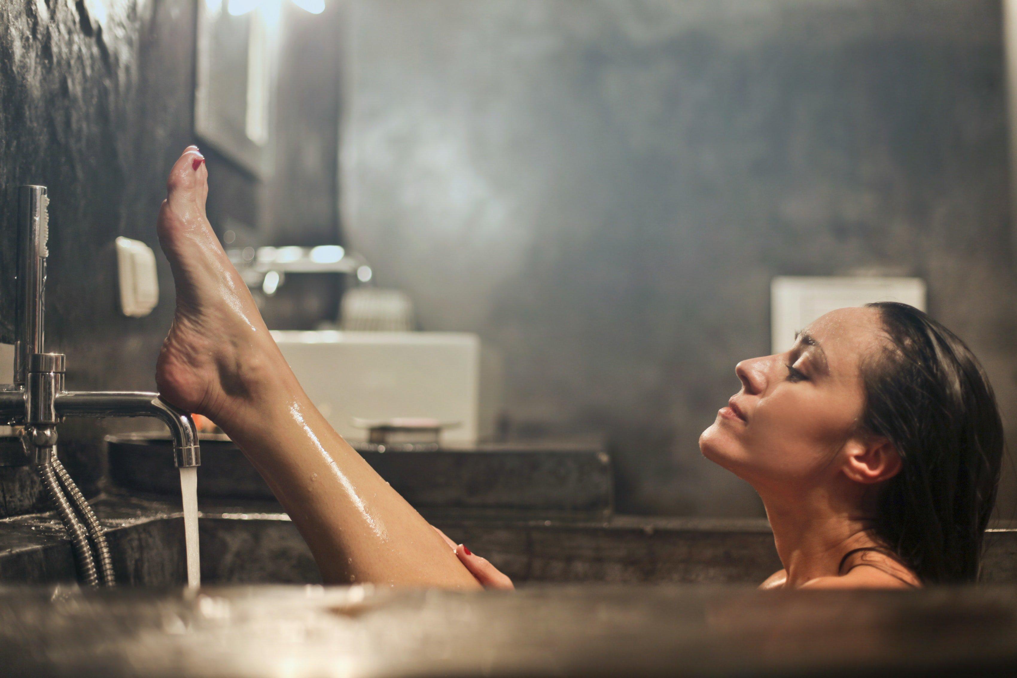 Mujer toma baño en la bañera.   Foto: Pexels