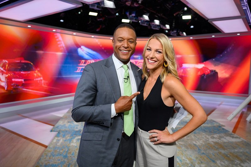 Craig Melvin and wife Lindsay Czarniak in a TV Studio on August 21, 2019 | Photo: Getty Images