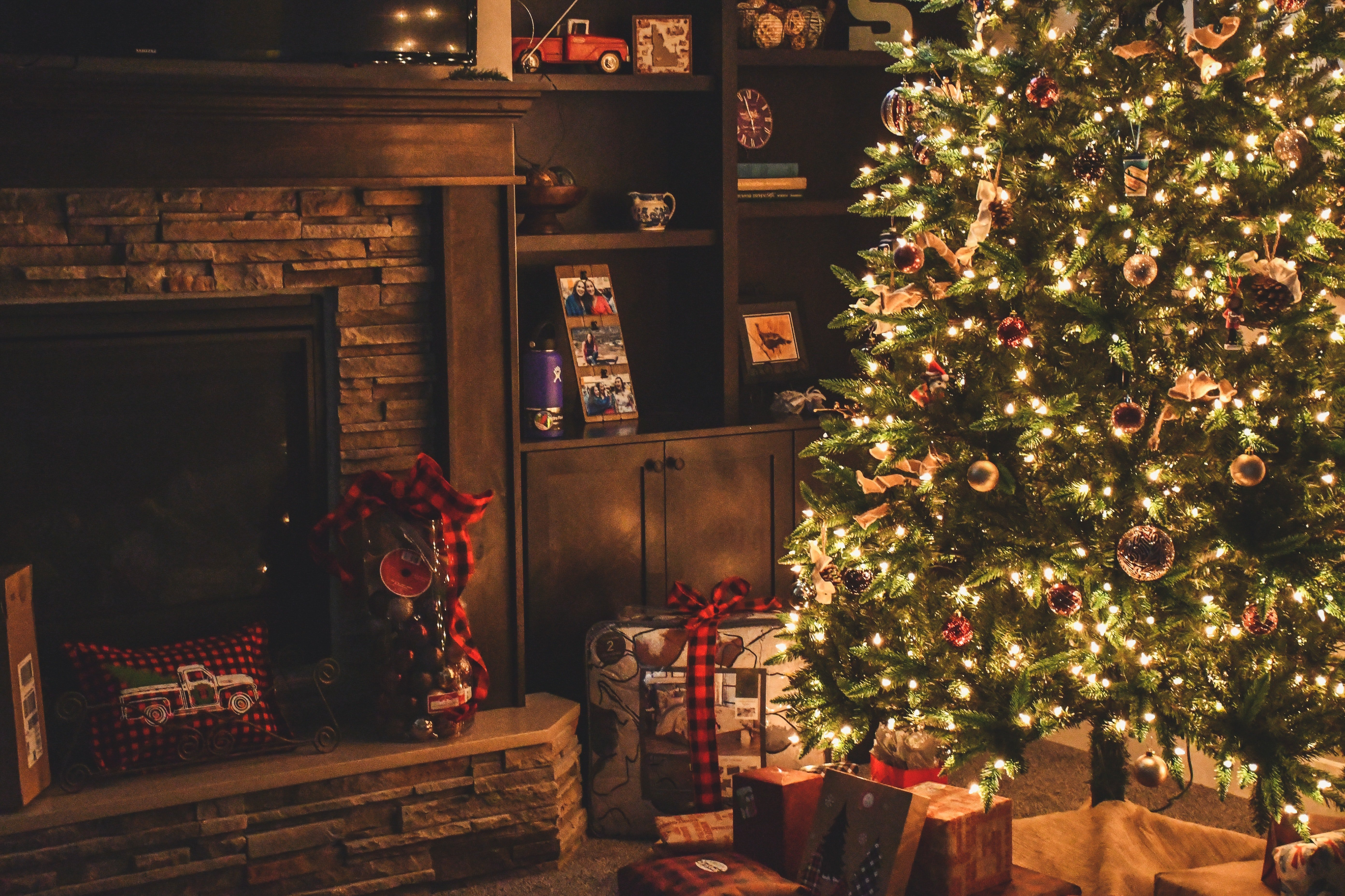 A beautifully decorated Christmas tree.   Source: Pexels