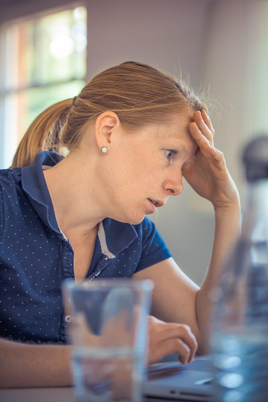 Mujer preocupada.| Imagen: Pexels