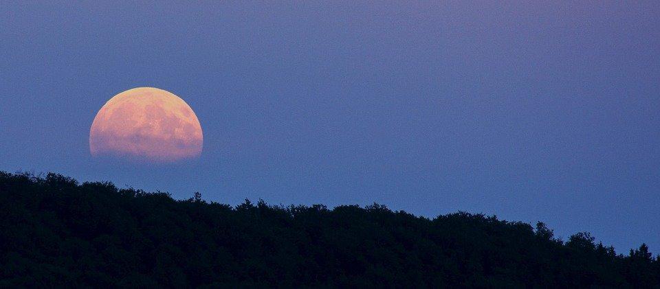 Vista de Superluna sobre una montaña.   Imagen: Pixabay