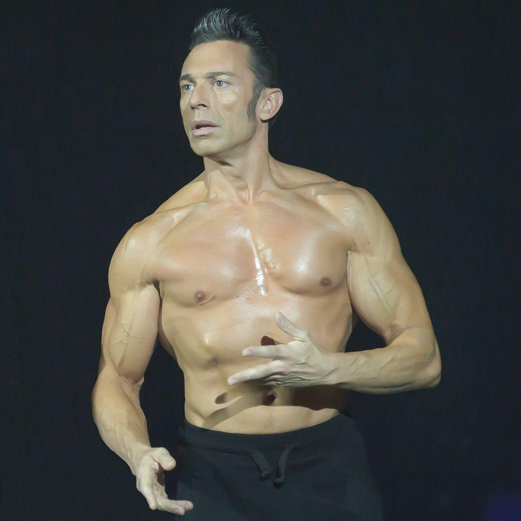 Gérard Vives pendant la compétition de danse avec les stars   Source: Wikimedia commons