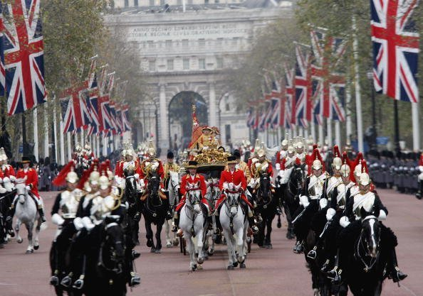 La reine Elizabeth II en route vers Buckingham Palace le 23 novembre 2004, à Londres, en Angleterre. | Photo : Getty Images