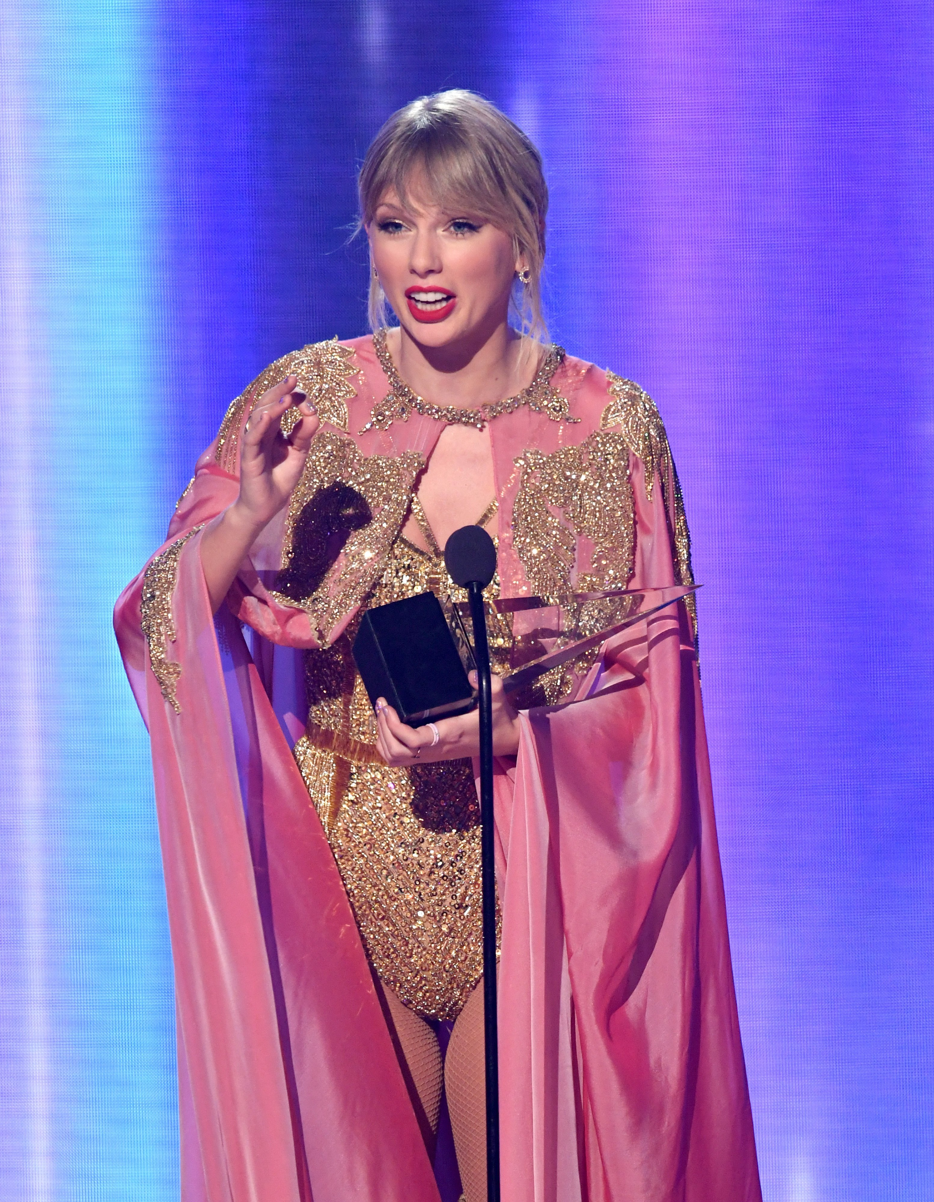 Taylor Swift accepts the Artist of the Year award onstage during the 2019 American Music Awards at Microsoft Theater on November 24, 2019. | Photo: Getty Images.