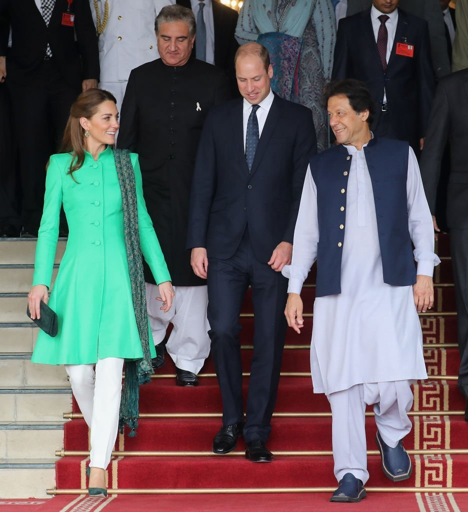 Kate Middleton et le prince Willia partent après avoir rencontré le premier ministre du Pakistan, Imran Khan, à sa résidence officielle. | Photo : Getty Images