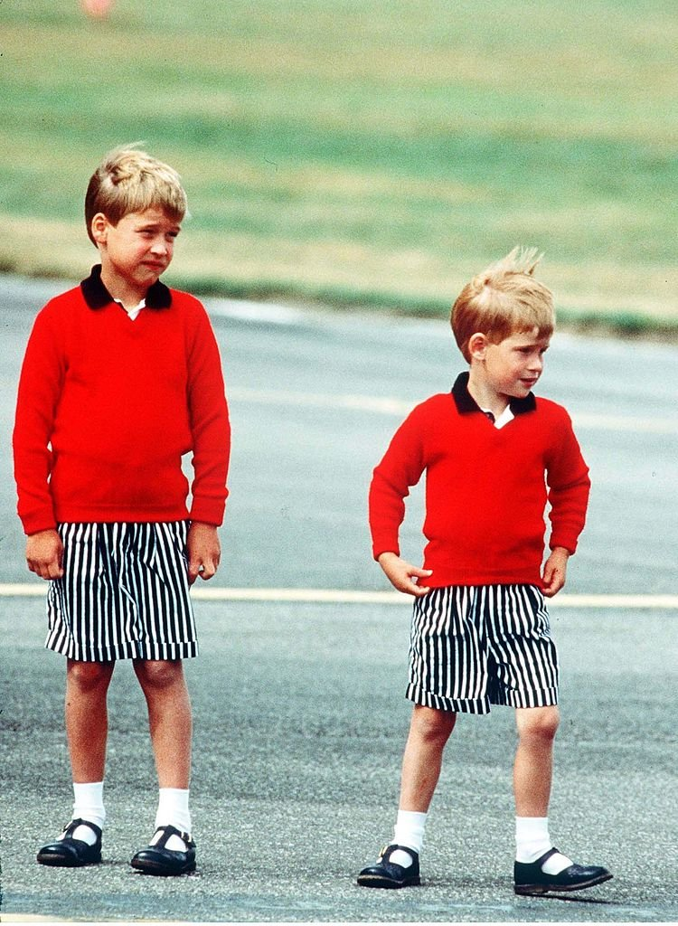 Prince William and Prince Harry as young children, at Aberdeen Airport, 1989. Scotland. | Photo: Getty Images