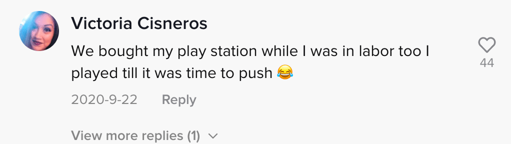 The online community comments on a woman's boyfriend who is gaming while she waits to go into labor | Photo: TikTok/anxietycouple