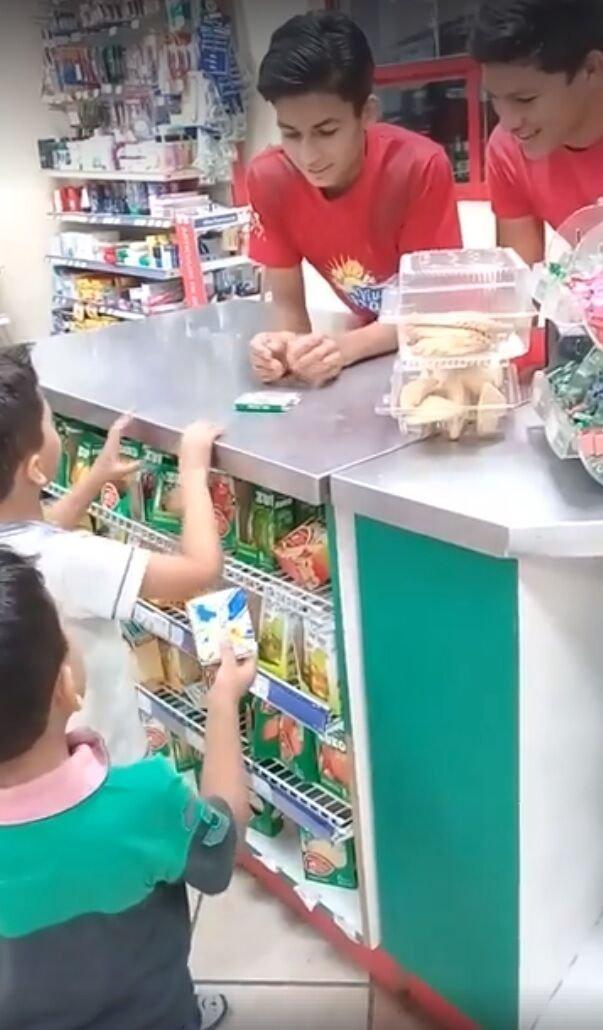 Niños devuelven chicles que habían hurtado en una tienda.| Foto: Facebook/AndreaRenee