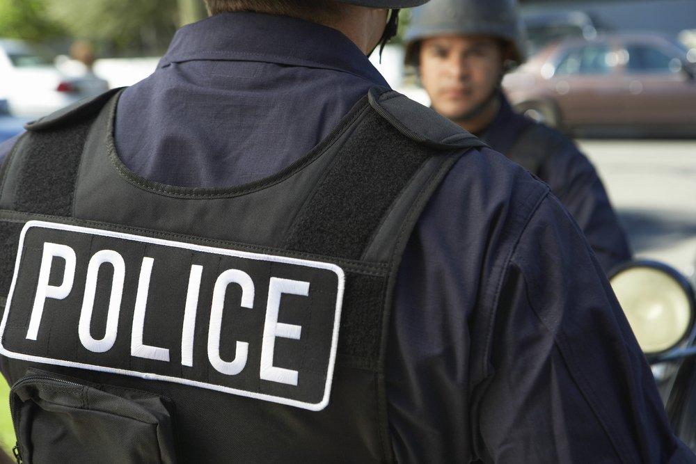 Un policier vu de dos | Photo : Shutterstuck