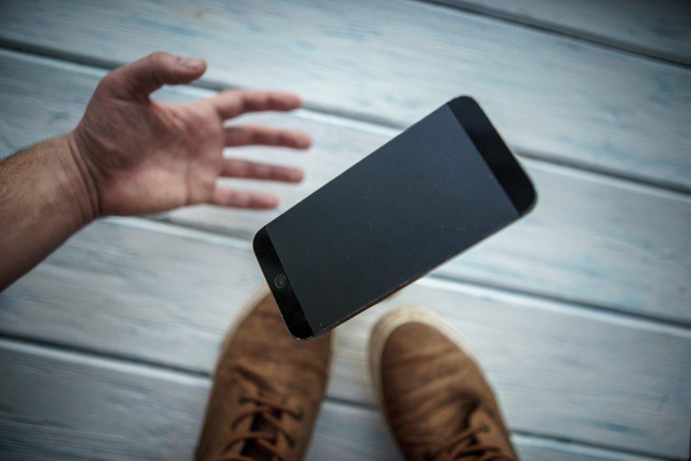 Teléfono cae accidentalmente. Fuente: Shutterstock