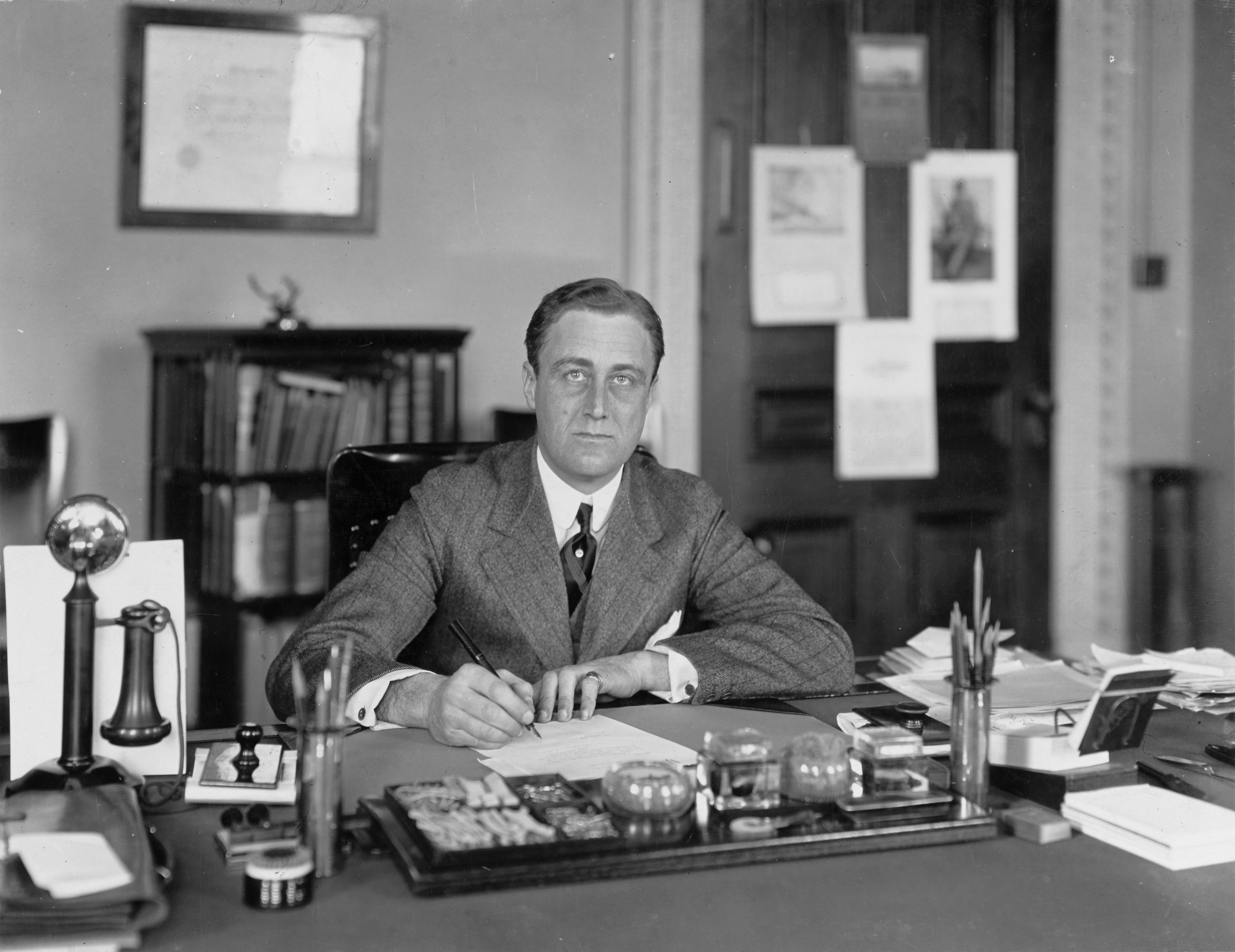 Franklin D. Roosevelt, at his Navy Department desk circa 1913 | Photo: Naval History & Heritage Command, Public domain, via Wikimedia Commons