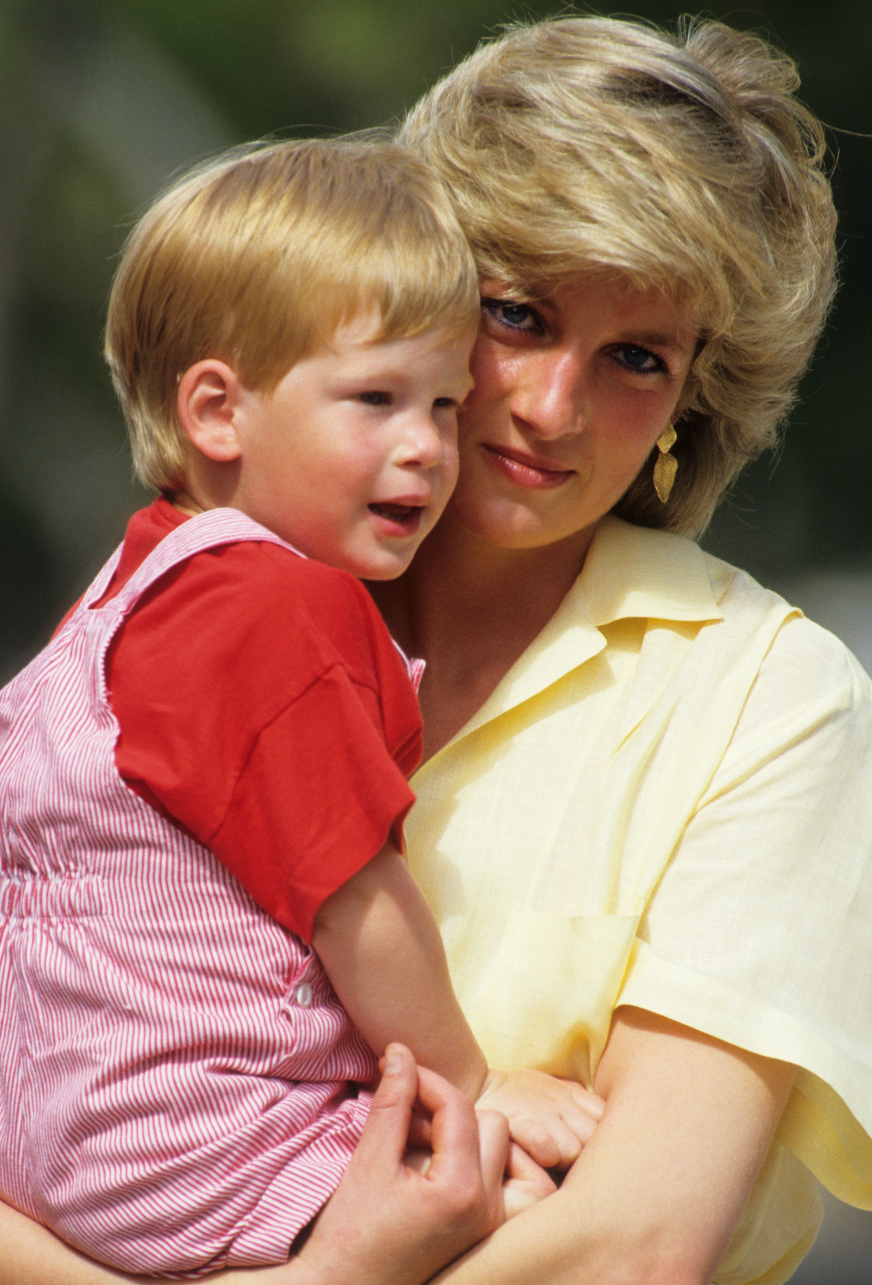 Diana, the Princess of Wales, holding Prince Harry during a holiday trip to Majorca, Spain, in 1987 | Photo: Georges De Keerle/Getty Images
