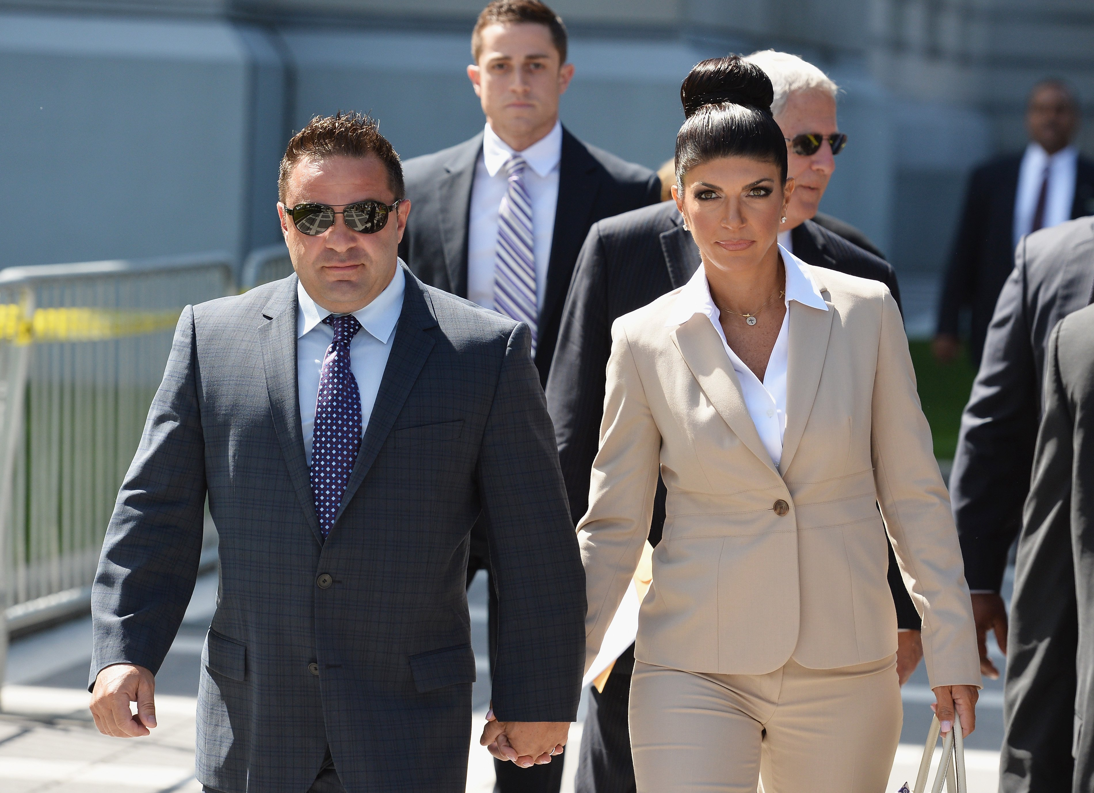 Joe Giudice  and wife Teresa Giudice leave court during a bankruptcy case on August 14, 2013. | Source: Getty Images