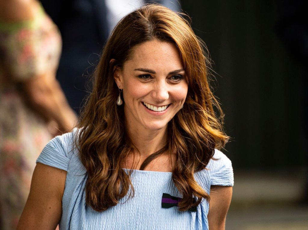 La duchesse de Cambridge quitte Centre Court après la remise du trophée après la victoire de Novak Djokovic sur le Suisse Roger Federer lors de la 13e journée des championnats   Photo: Getty Images