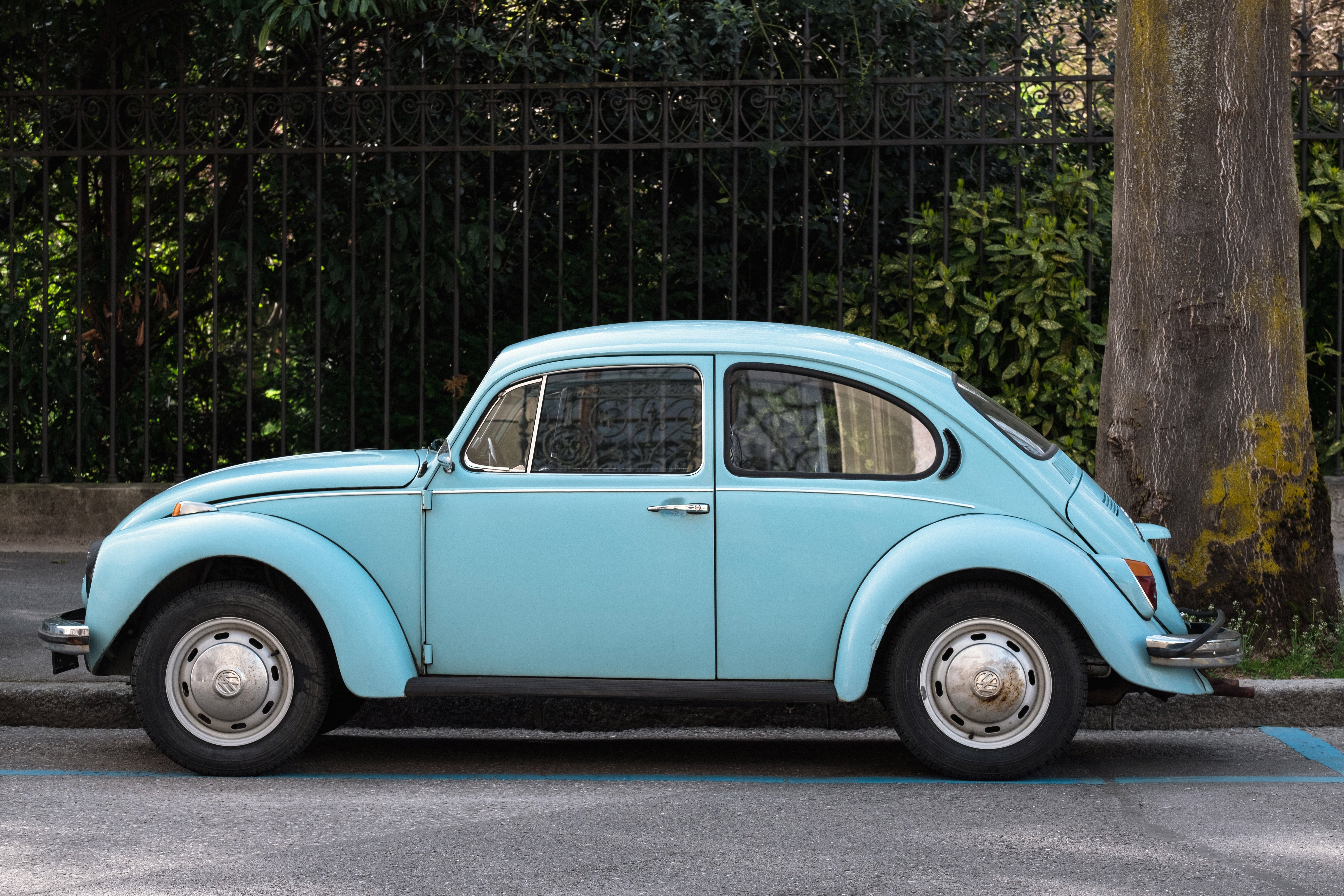 A blue Volkswagen Beetle. | Source: Samuel Zeller/Unsplash
