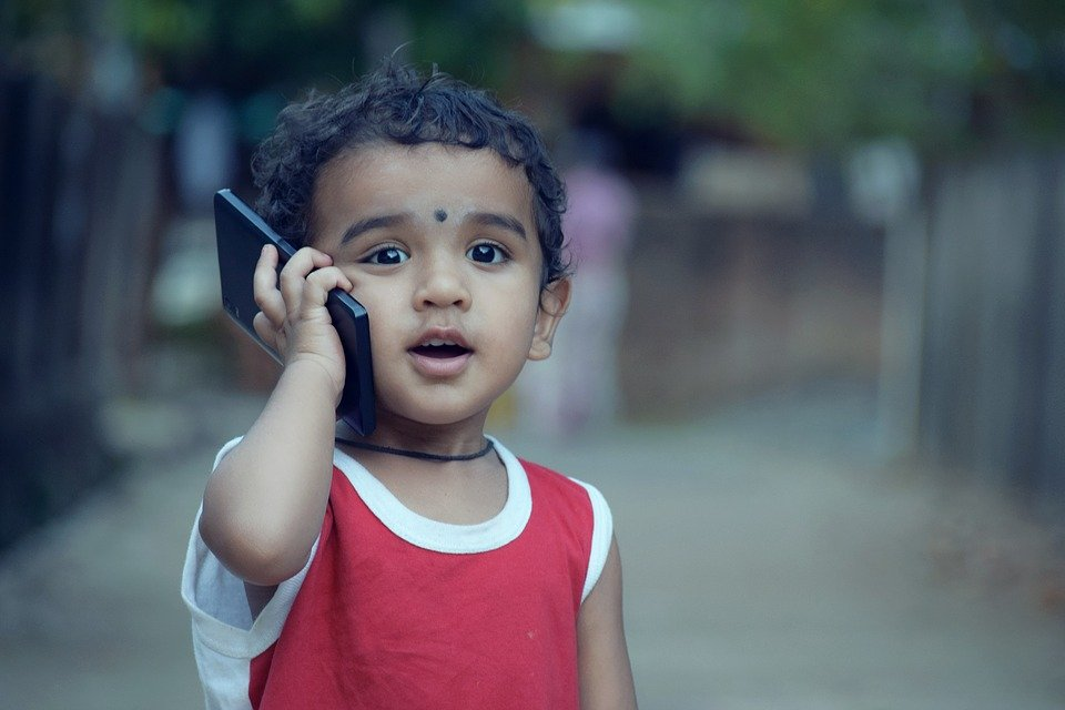 A little boy on the phone.  |  Photo: Pixabay