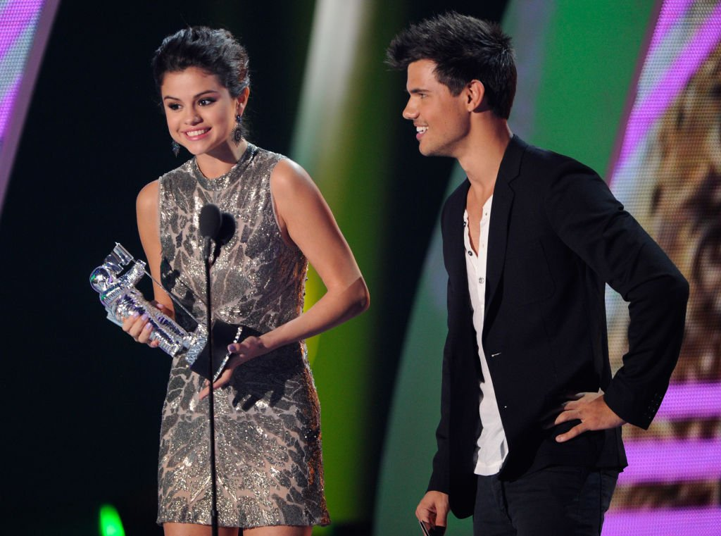 Selena Gomez und Taylor Lautner sprechen auf der Bühne bei den 28. jährlichen MTV Video Music Awards im Nokia Theatre L.A. LIVE am 28. August 2011 in Los Angeles, Kalifornien. (Foto von Kevin Mazur / WireImage) I Quelle: Getty Images