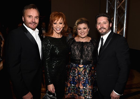 Narvel Blackstock, singers Reba McEntire, Kelly Clarkson and Brandon Blackstock attend Muhammad Ali's Celebrity Fight Night XXI at the JW Marriott Phoenix Desert Ridge Resort & Spa on March 28, 2015, in Phoenix, Arizona. | Source: Getty Images.