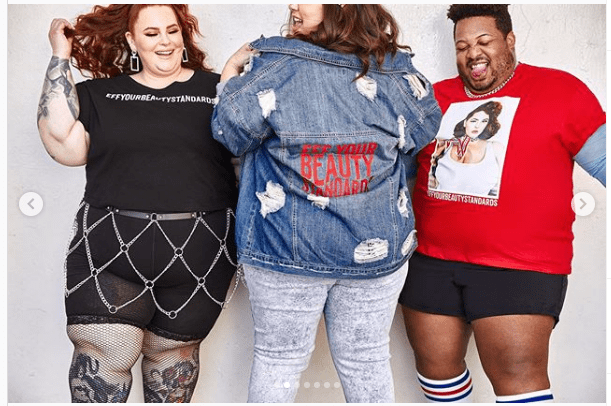 Tess Holliday looking stylish in a denim jacket posing alongside two other models. | Photo: Instagram/Tessholiday
