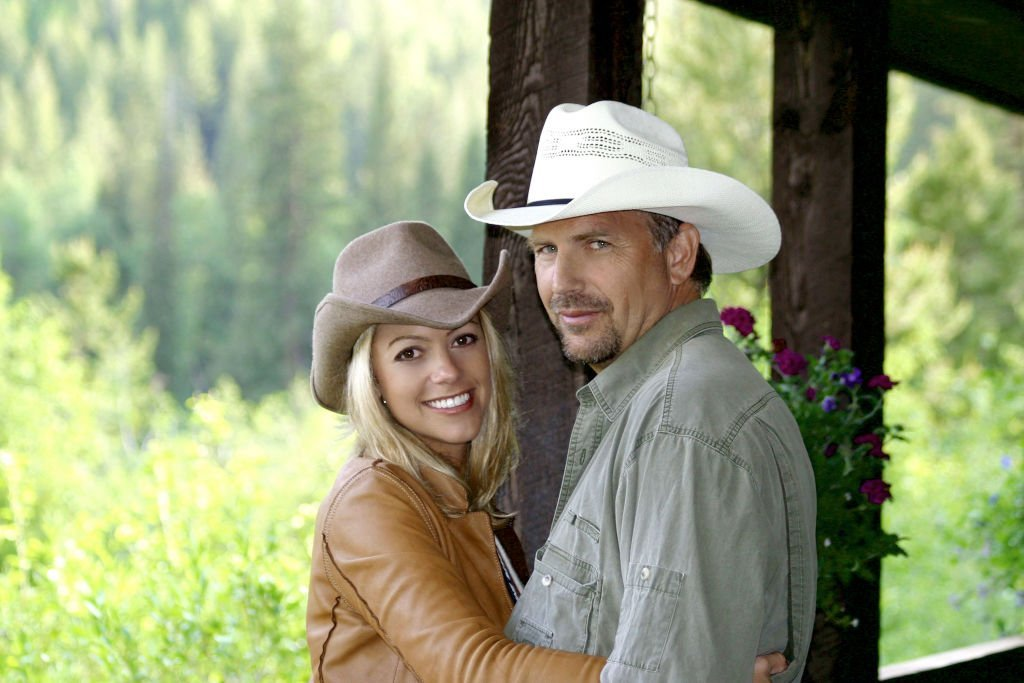 Kevin Costner and Christine Baumgartner posing. The couple annouced their engagement June 26, 2003 | Photo: GettyImages
