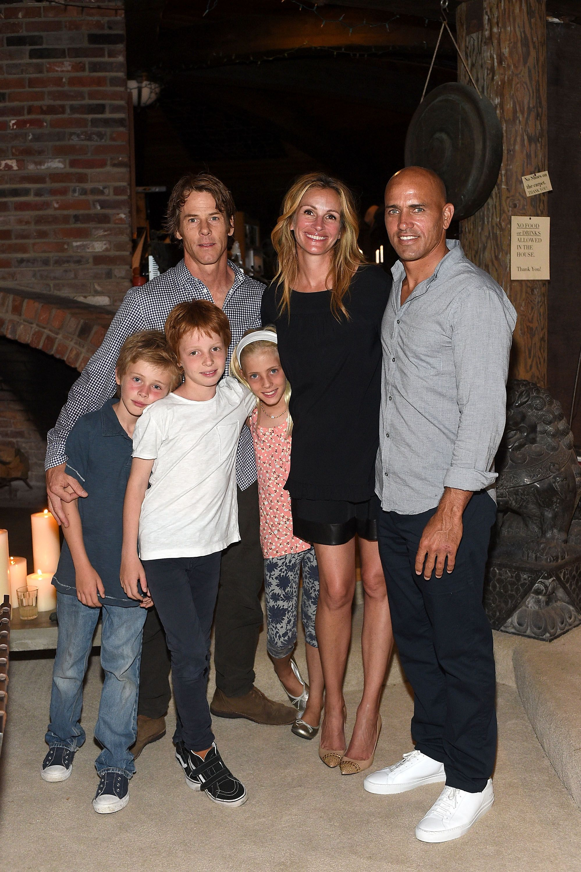 Daniel Moder, Julia Roberts, et les enfants Phinnaeus, Henry, Hazel Moder, et Kelly Slater, le 29 août 2015 à | Photo : Getty Images