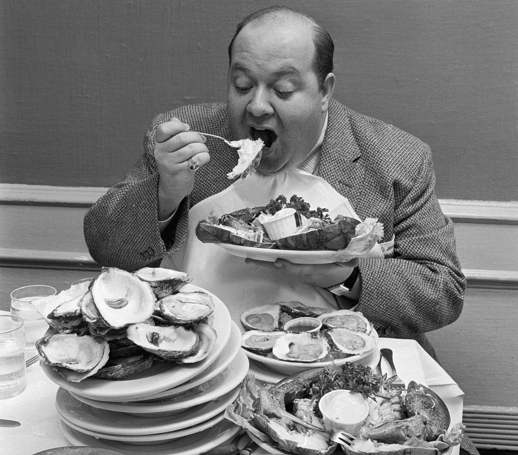 Stubby Kaye is seen eating huge portions of food on June 07, 1957 | Photo: Getty Images