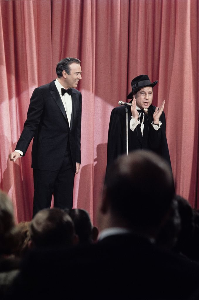 Carl Reiner and Mel Brooks perform their routine 'The 2000 Year Old Man' in 1967| Photo: Getty Images