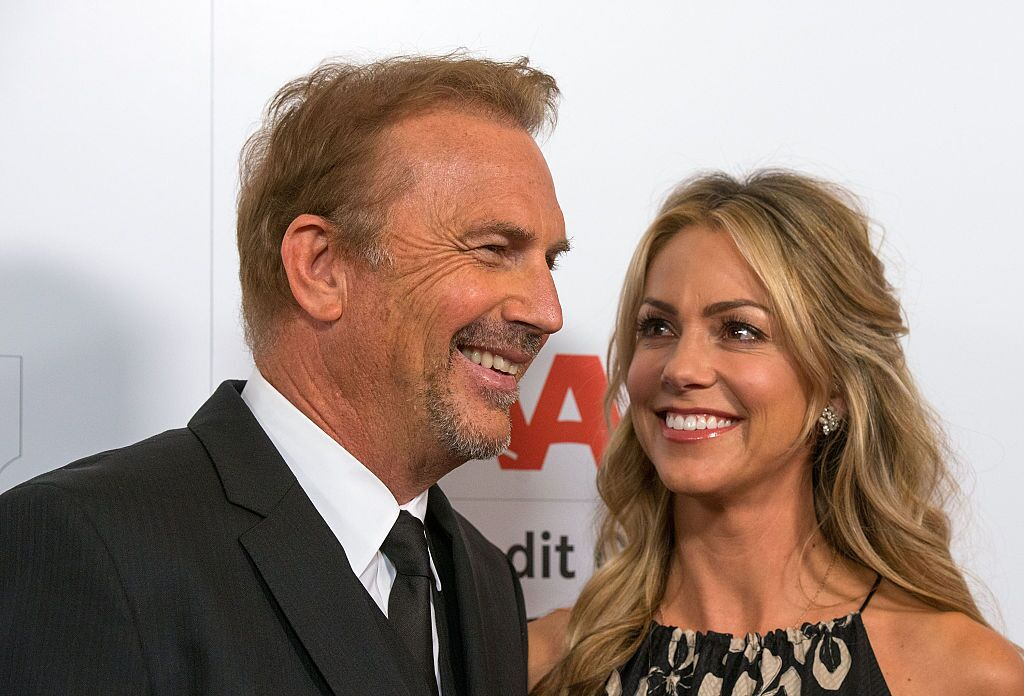 Kevin Costner und Ehefrau Christine Baumgartner bei der AARP The Magazine's 14th Annual Movies For Grownups Awards Gala in Hollywood im Jahr 2015 | Quelle: Getty Images